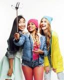 Grupo diverso de las muchachas de la nación, compañía adolescente de los amigos alegre divirtiéndose, sonrisa feliz, presentación Imagen de archivo