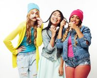 Grupo diverso de las muchachas de la nación, compañía adolescente de los amigos alegre divirtiéndose, sonrisa feliz, presentación Fotos de archivo libres de regalías