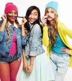 Grupo diverso de las muchachas de la nación, compañía adolescente de los amigos alegre divirtiéndose, sonrisa feliz, presentación Fotografía de archivo libre de regalías