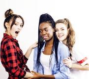 Grupo diverso de las muchachas de la nación, compañía adolescente de los amigos alegre divirtiéndose, sonrisa feliz, presentación Imagen de archivo libre de regalías