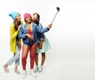 Grupo diverso de las muchachas de la nación, hav alegre de la compañía adolescente de los amigos imagen de archivo libre de regalías