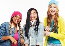 Grupo diverso de las muchachas de la nación, hav alegre de la compañía adolescente de los amigos fotografía de archivo