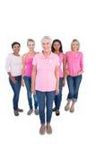 Grupo diverso de mujeres felices que llevan los tops y el cáncer de pecho rosados Fotografía de archivo