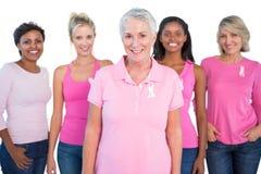 Grupo diverso de mujeres que llevan cintas rosadas de los tops y del cáncer de pecho Fotografía de archivo