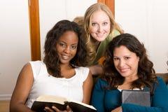 Grupo diverso de mujeres studing junto Imagen de archivo libre de regalías
