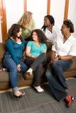 Grupo diverso de mujeres studing junto Imagen de archivo