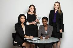 Grupo diverso de mulheres de negócios que trabalham em equipe fotos de stock