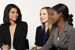 Grupo diverso de mulheres de negócios que trabalham em equipe fotografia de stock royalty free