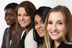 Grupo diverso de mulheres de negócios que trabalham em equipe fotos de stock royalty free