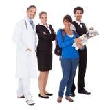 Grupo diverso de trabalhadores de sorriso imagens de stock