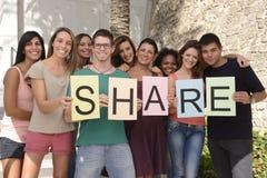 Grupo diverso que lleva a cabo la muestra con la parte de las cartas Fotos de archivo libres de regalías