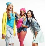 Grupo diverso sonriente feliz de las muchachas de la nación, compañía adolescente de los amigos alegre teniendo presentación lind Imagen de archivo libre de regalías