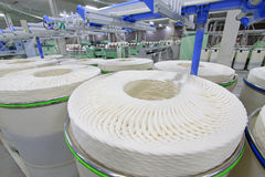 Grupo do algodão em uma linha de produção de giro Imagem de Stock Royalty Free