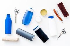 Grupo do banheiro do ` s dos homens Cosméticos para o banho, ferramentas para escovar e preparar na opinião superior do fundo bra fotos de stock
