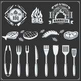 Grupo do BBQ Ícones do bife, ferramentas do BBQ e etiquetas e emblemas Foto de Stock Royalty Free