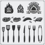 Grupo do BBQ Ícones do bife, ferramentas do BBQ e etiquetas e emblemas Ilustração do Monochrome do vetor Fotografia de Stock Royalty Free