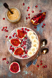 Grupo do café da manhã da queda e do inverno Os batidos dos superfoods de Acai rolam com sementes do chia, romã, banana, figos fr Fotografia de Stock Royalty Free