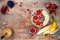 Grupo do café da manhã da queda e do inverno Os batidos dos superfoods de Acai rolam com sementes do chia, romã, banana, figos fr Imagem de Stock Royalty Free
