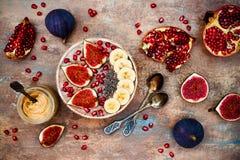 Grupo do café da manhã da queda e do inverno Os batidos dos superfoods de Acai rolam com sementes do chia, romã, banana, figos fr Foto de Stock Royalty Free