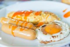 Grupo do café da manhã, omeleta, salsicha, ovo frito fotografia de stock