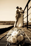 Grupo do casamento de flores de encontro ao novo-casadas Fotografia de Stock Royalty Free