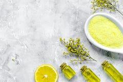 Grupo do cosmético do cuidado do corpo com zombaria da opinião superior de sal e de óleo acima fotografia de stock
