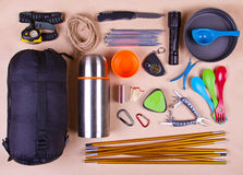 Grupo do curso Equipamento do turista para acampar ou caminhar foto de stock