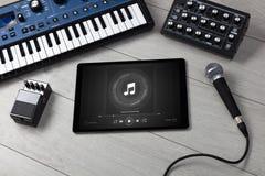 Grupo do DJ, tabuleta e instrumentos de música eletrônica foto de stock