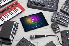Grupo do DJ, tabuleta e instrumentos de música eletrônica fotografia de stock royalty free