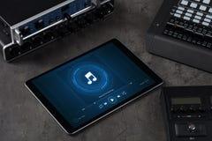 Grupo do DJ, tabuleta e instrumentos de música eletrônica imagem de stock royalty free