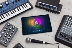 Grupo do DJ, tabuleta e instrumentos de m?sica eletr?nica fotografia de stock