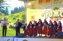 Grupo do folclore das mulheres que canta na fase de Rozhen, Bulgária Imagem de Stock Royalty Free