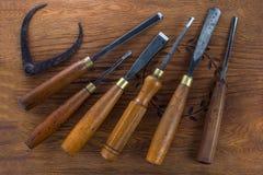 Grupo do formão de madeira para cinzelar a madeira, ferramentas da escultura no fundo de madeira imagens de stock royalty free