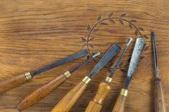 Grupo do formão de madeira para cinzelar a madeira, ferramentas da escultura no fundo de madeira fotografia de stock royalty free