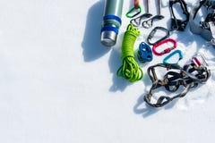 Grupo do inverno de equipamento de um montanhista de gelo com feridas do carabiner e uma garrafa térmica do acampamento Copie o e foto de stock royalty free