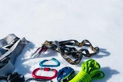 Grupo do inverno de equipamento de um montanhista de gelo com feridas do carabiner e uma garrafa térmica do acampamento Copie o e imagens de stock