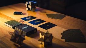 Grupo do jogo de cart?o na luminosidade reduzida imagem de stock