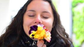 Grupo do jovem adolescente de flores de cheiro vídeos de arquivo
