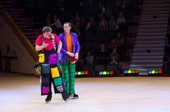 Grupo do palhaço da ação de circo de Moscou no gelo em excursões Fotografia de Stock Royalty Free
