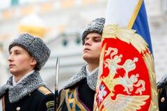 Grupo do protetor de cor dos bandeira-portadores do regimento presidencial do serviço do comandante de Moscou Kremlin's Imagem de Stock Royalty Free