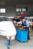 Grupo do serviço dos aviões que repara Jet Plane Fotos de Stock Royalty Free