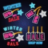 Grupo do sinal de néon da venda do inverno com suspensão e flocos de neve da etiqueta do Natal Ilustração do vetor ilustração stock