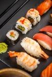 Grupo do sushi do Sashimi e rolos de sushi Fotos de Stock Royalty Free