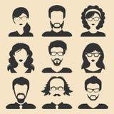 Grupo do vetor de ícones masculinos e fêmeas diferentes no estilo liso na moda Coleção das caras ou das cabeças dos povos Imagens de Stock Royalty Free