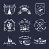Grupo do vetor de logotipos de acampamento do vintage Coleção retro dos sinais de aventuras exteriores Esboços do turista para em Fotos de Stock
