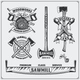 Grupo do vetor de logotipos, de etiquetas e de emblemas do lenhador do vintage Machados e serras Fotos de Stock Royalty Free