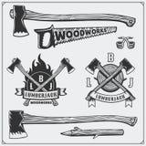 Grupo do vetor de logotipos do lenhador do vintage, de etiquetas, de emblemas e de elementos do projeto Machados e serras Fotos de Stock Royalty Free