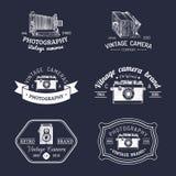 Grupo do vetor de logotipos velhos das câmeras Estúdio da foto do vintage, sinais do salão de beleza, etiquetas ou crachás Imagens de Stock Royalty Free