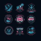 Grupo do vetor de logotipos do vintage para o clube surfando Emblemas criativos com prancha, óculos de sol, camionetes e palmeira ilustração royalty free