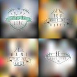 Grupo do vetor de verão e de emblemas felizes e símbolos no borrados Imagem de Stock